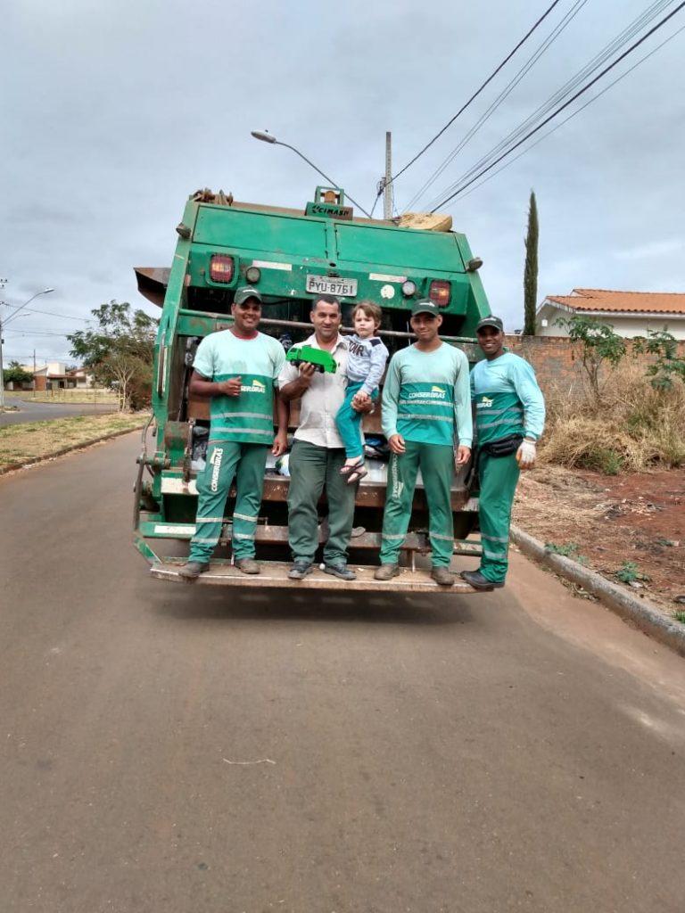 Profissionais da coleta de resíduos encantam com carinho de garoto em Patos de Minas