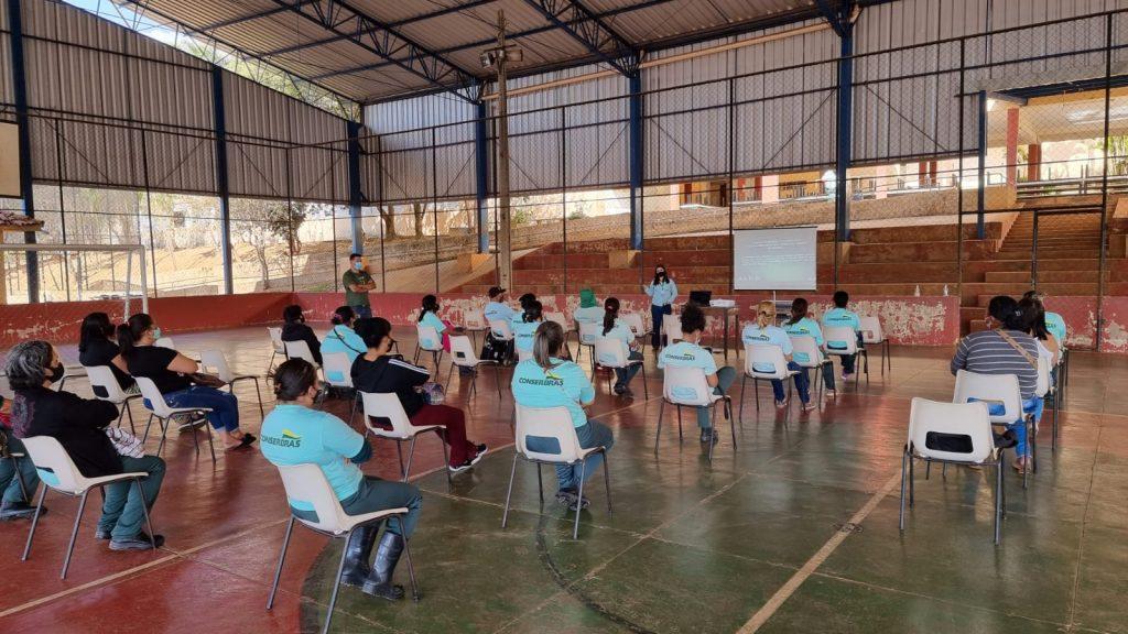 Profissionais de limpeza da Conserbras participam de treinamento e executam limpeza nas escolas municipais de Patos de Minas